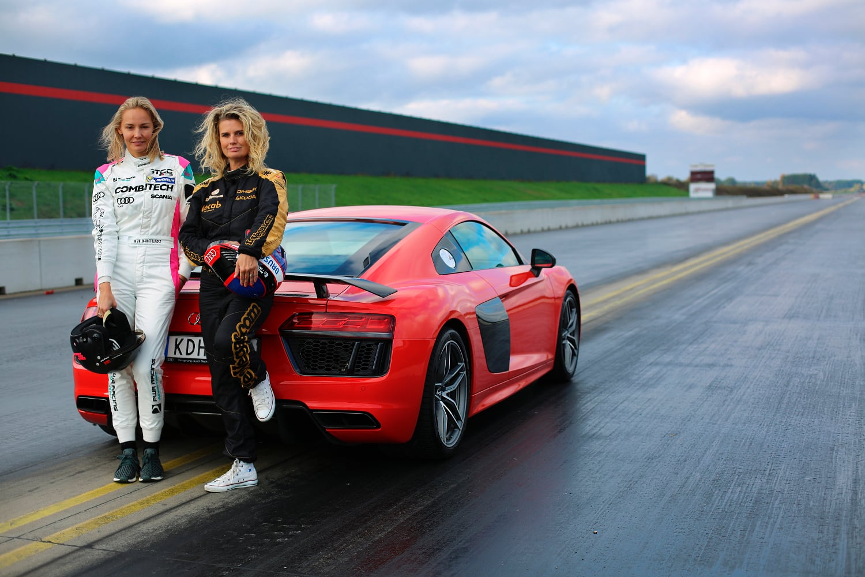 Carina Berg och Meltzer framför snabb bil på racingbana