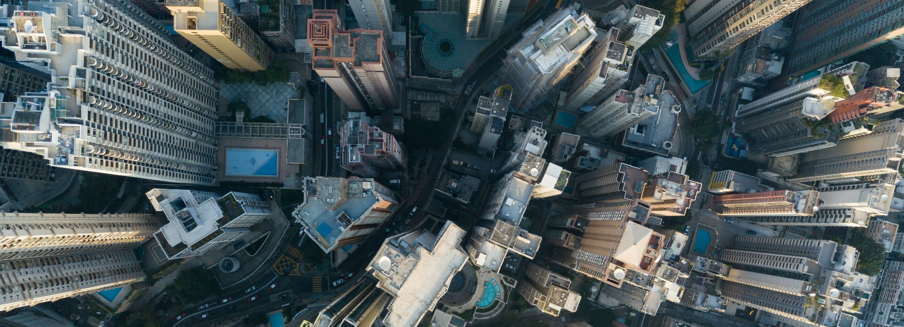 Storstad med skyskrapor fotad fran helikopter